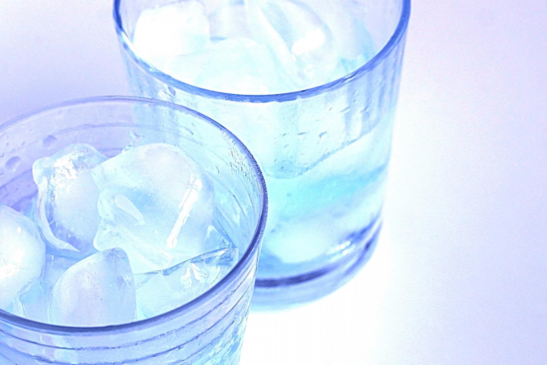 コーラやサイダーなどの炭酸飲料を泡立てずにコップに注ぐ