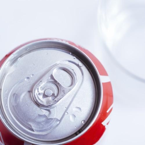 コーラを泡立てずにコップに入れる方法